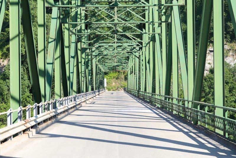 Мост пересекая реку в западном VA стоковые изображения rf