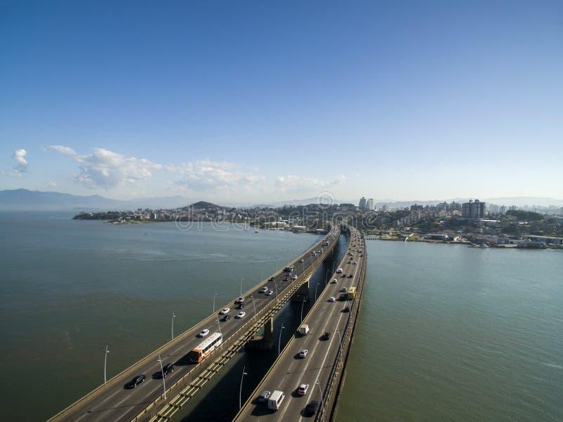 Мост Педра Ivo Campos вида с воздуха в Florianopolis Санта-Катарина Июль 2017 стоковые фото