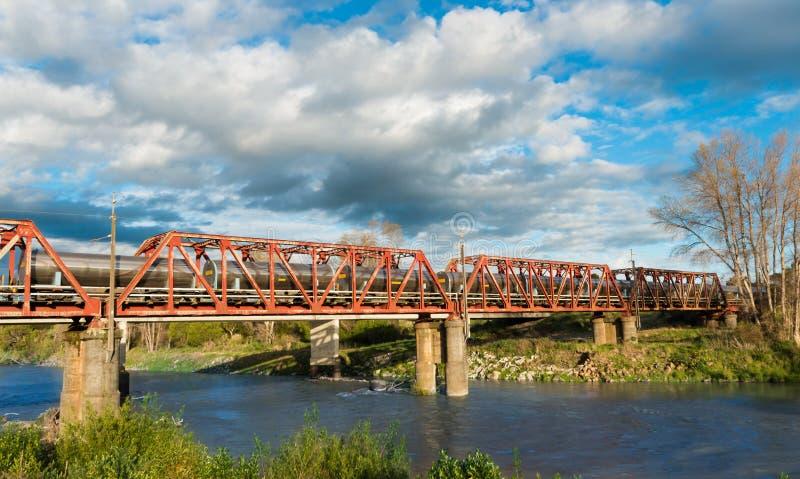 Мост поезда топливозаправщика стоковые изображения