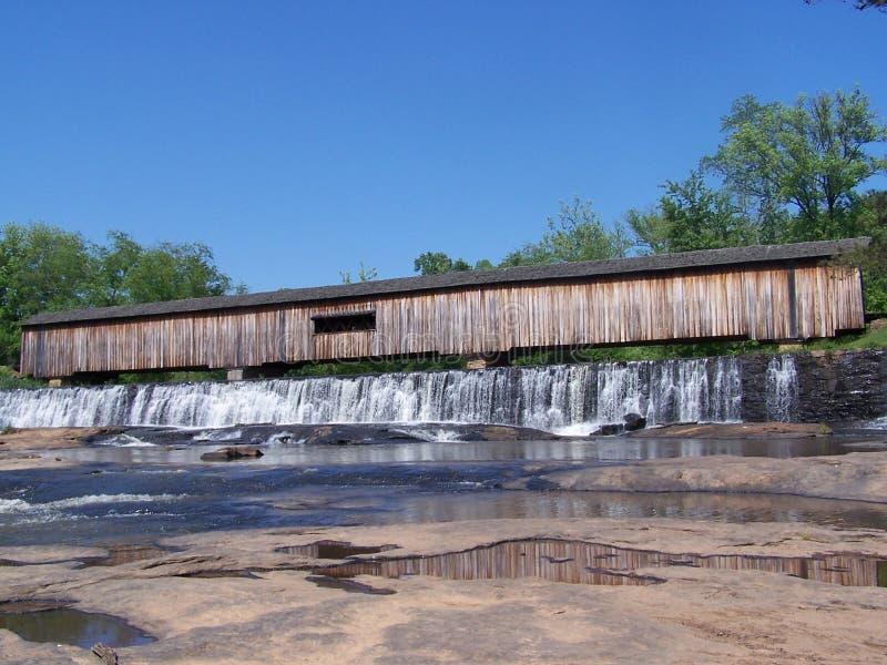 мост покрыл падения стоковая фотография rf