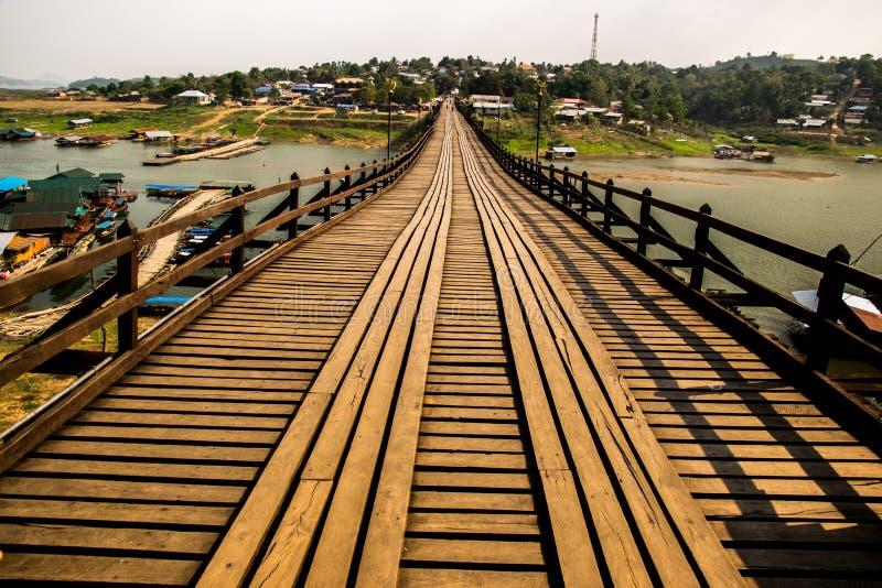 Мост ПОНЕДЕЛЬНИКА изумляя в Таиланде стоковое изображение