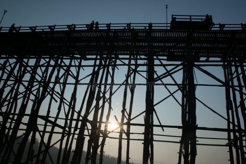 Мост ПОНЕДЕЛЬНИКА изумляя в Таиланде стоковое фото