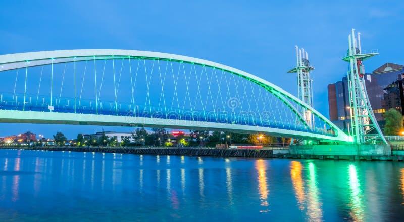 Мост подъема набережных Salford в Манчестере стоковые фото