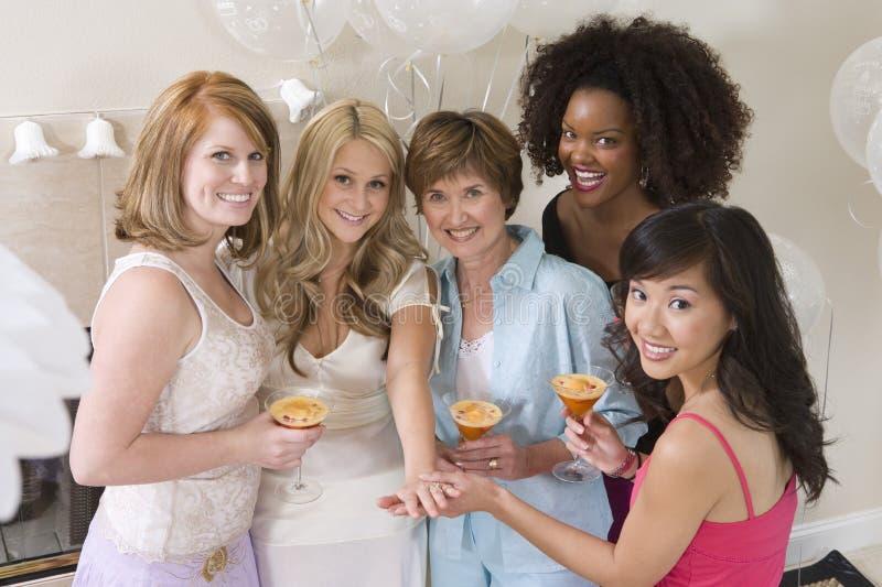 Мост празднуя партию курицы с ее матерью и друзьями стоковые изображения