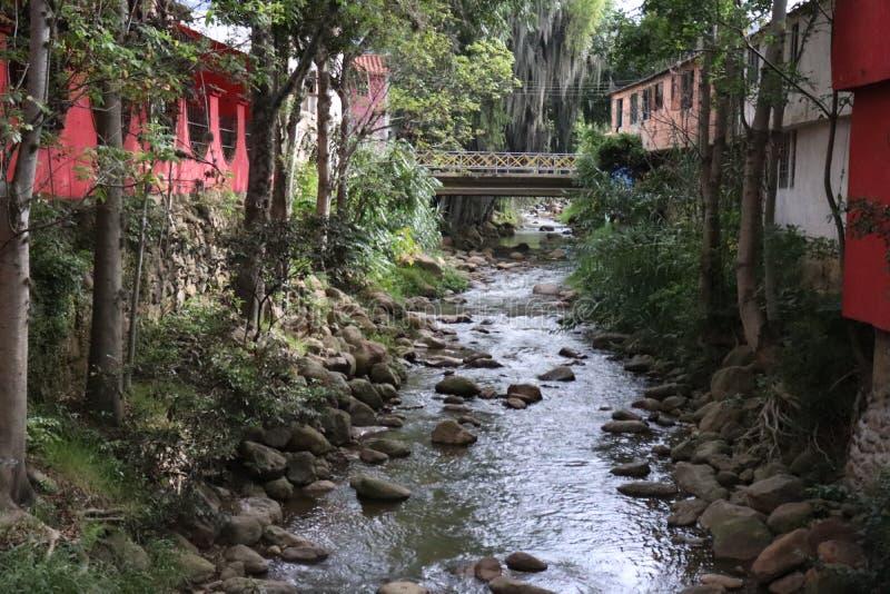Мост реки окруженный камнями стоковые фотографии rf