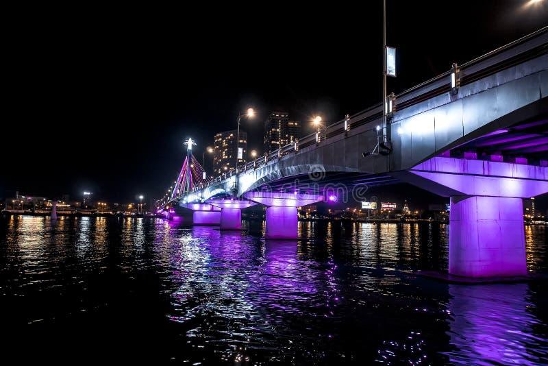 Мост Рекы Han и яркость на Реке Han, взгляд моста Thuan Phuoc вечером ночи Danang r стоковое изображение