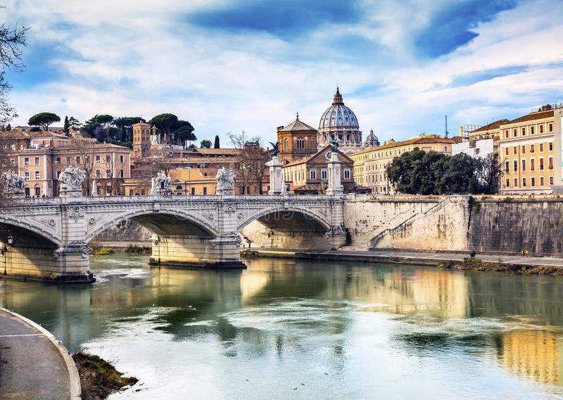 Мост Рим Италия Ponte реки Тибра купола Ватикана стоковое фото rf