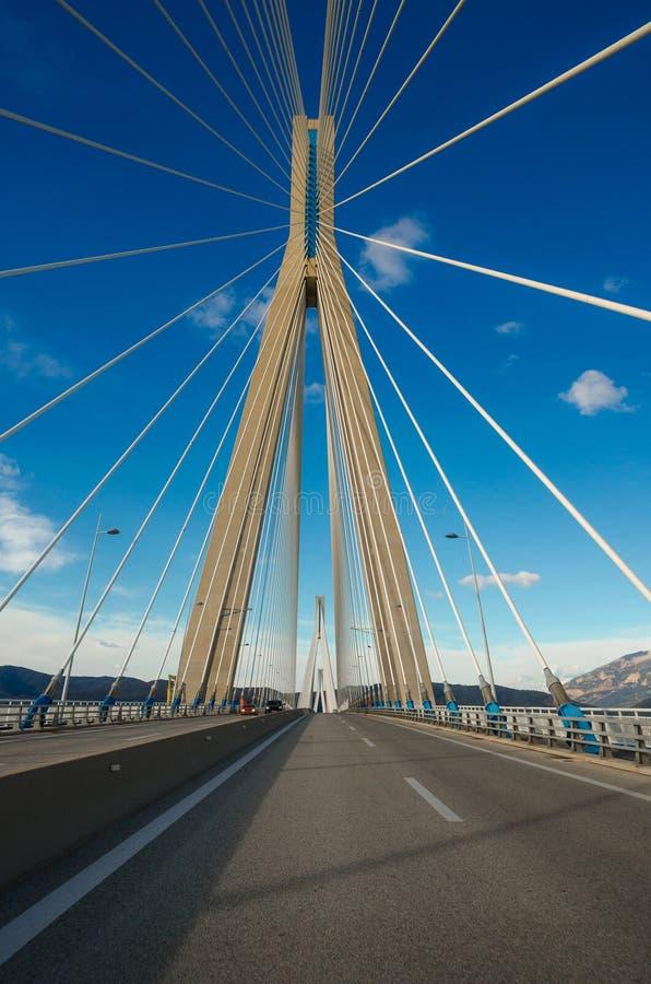 Мост Рио-Antirrio, официально мост Charilaos Trikoupis, самая длинная мульти-пядь кабел-остался мостом стоковые изображения