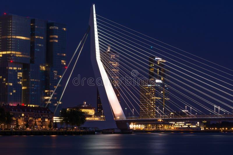 Мост Роттердам Erasmus к ноча стоковые изображения