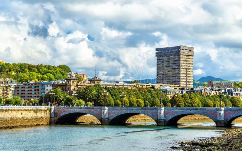 Мост Санты Каталины над рекой Urumea в San Sebastian, Испании стоковые фотографии rf