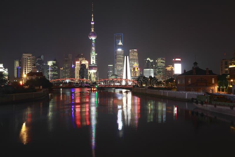 Мост сада бунда Шанхая горизонта на ноче стоковое изображение