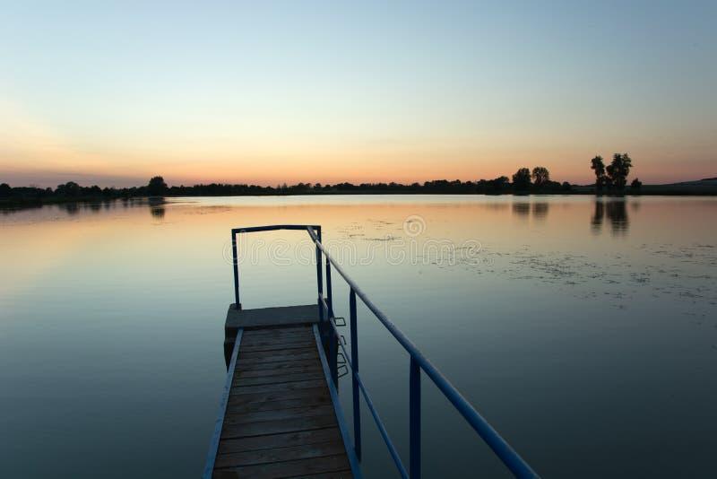 Мост сделанный планок и перила металла на озере Staw, политик стоковые изображения