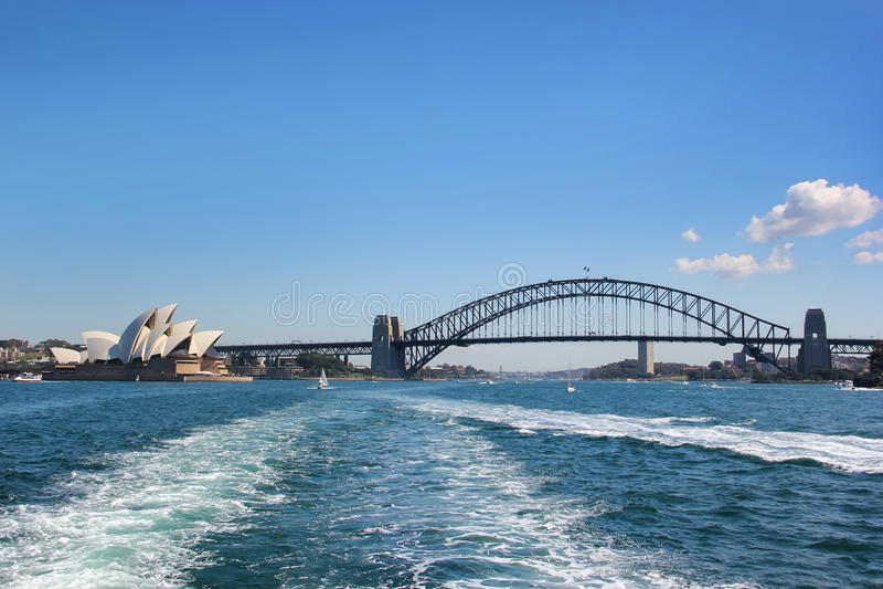 Мост Сиднея с оперным театром стоковые фото