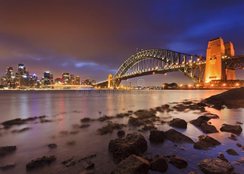 Мост Сиднея CBD трясет малую воду стоковое изображение rf
