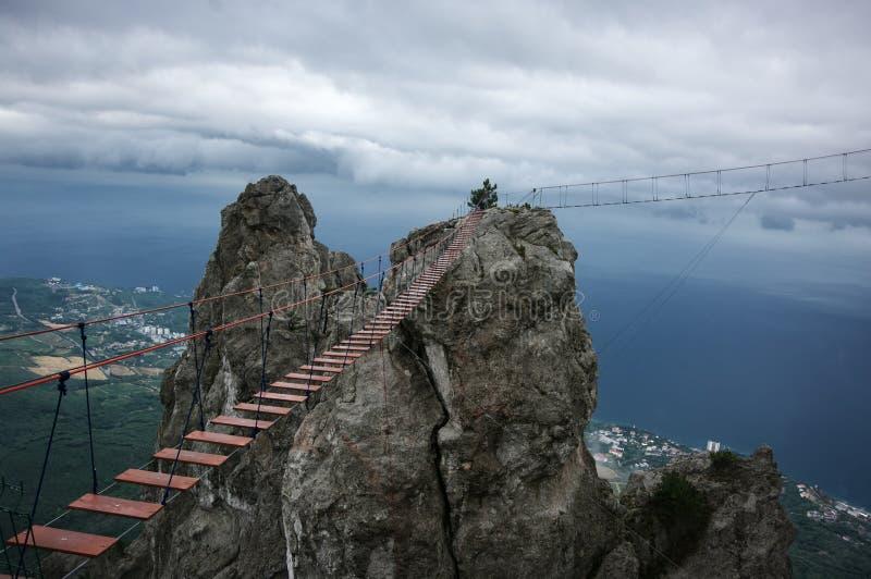 Мост смертной казни через повешение в крутых утесах стоковые фотографии rf