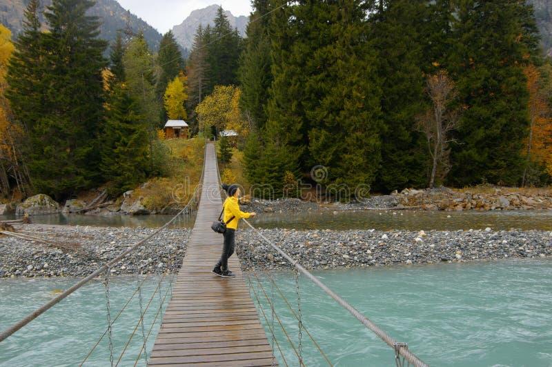 Мост смертной казни через повешение над рекой стоковые изображения rf