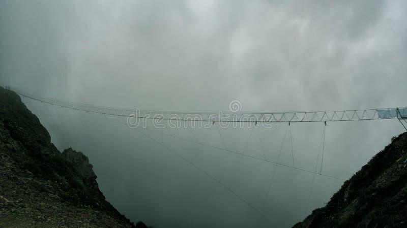 Мост смертной казни через повешение подвеса на темной предпосылке облаков стоковая фотография