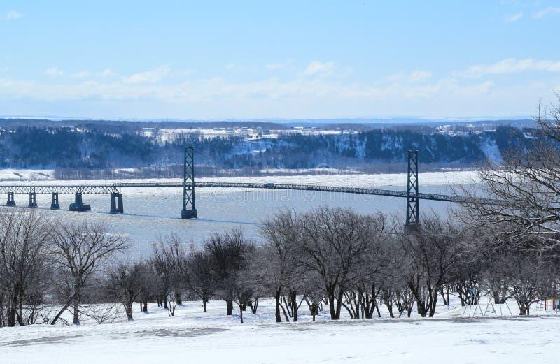 Мост соединяя материк Квебека и d& x27 острова; Орлеан на Реке Святого Лаврентия стоковые изображения rf