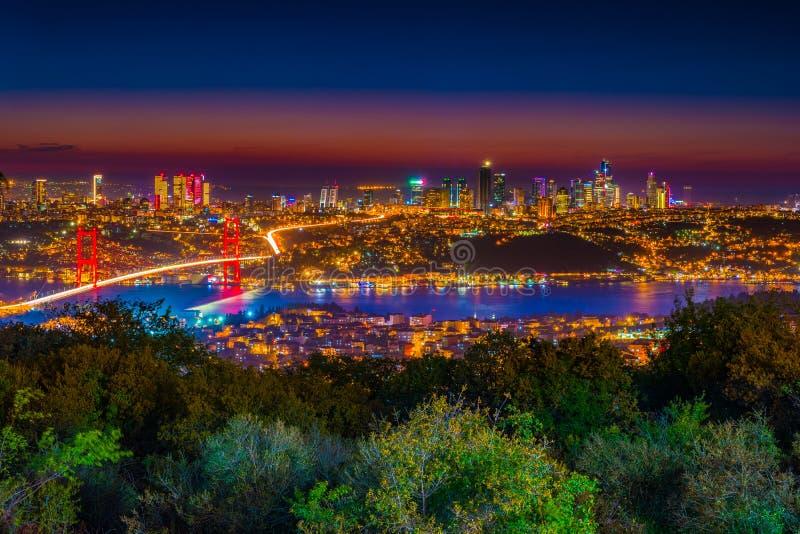 Мост Стамбула Bosphorus на ноче Взгляд ночи от холма Camlica Стамбул, Турция стоковые изображения rf