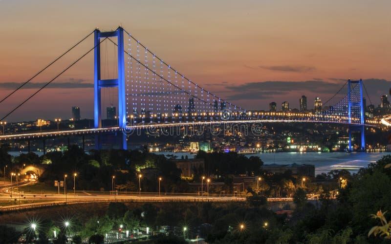 Мост Стамбула Bosphorus и взгляд ночи стоковые фотографии rf