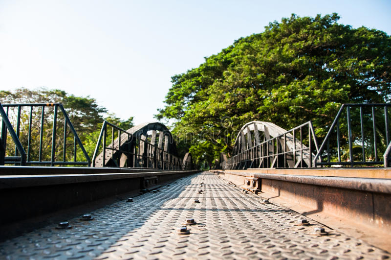 Мост старого металла железнодорожный тот водить к тоннелю дерева стоковое фото
