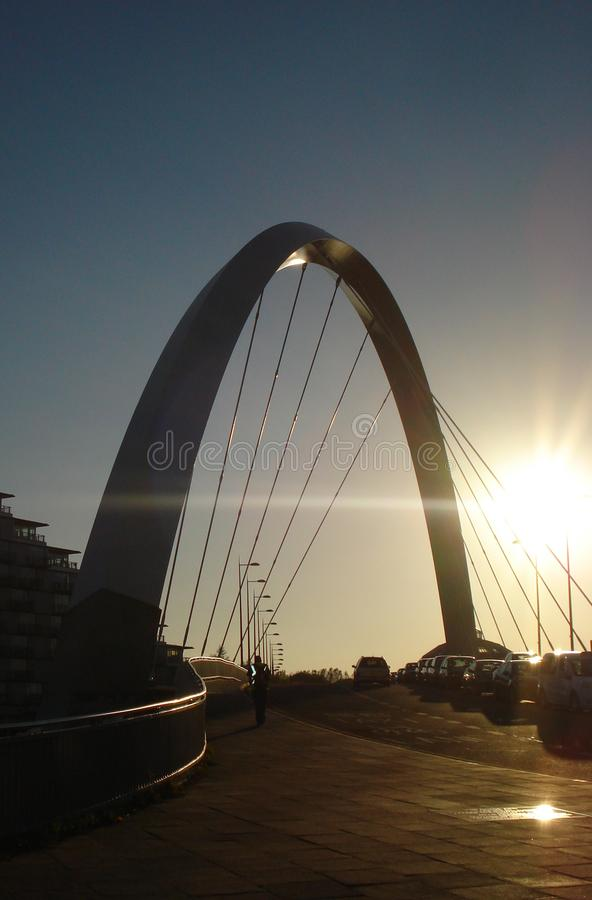 Мост с автомобилями на заходе солнца стоковая фотография