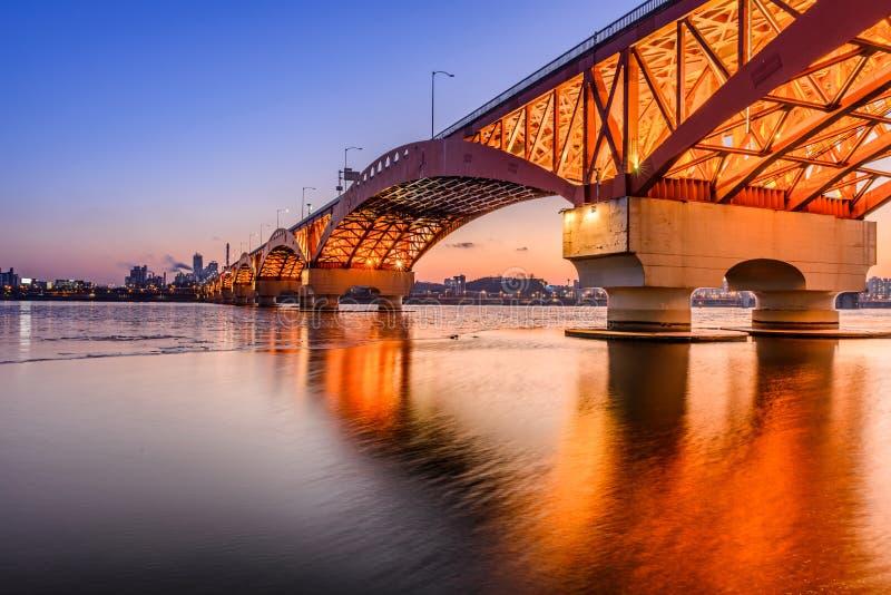 Мост с заходом солнца в Корее стоковые изображения rf