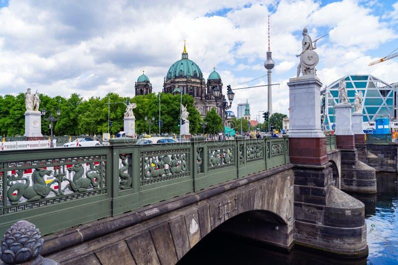 Мост с мостом Schlossbrucke статуй Анджела в Берлине стоковое фото