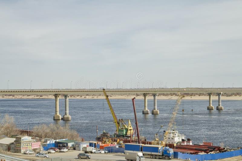 Мост танцев через Реку Волга в Волгограде стоковые изображения