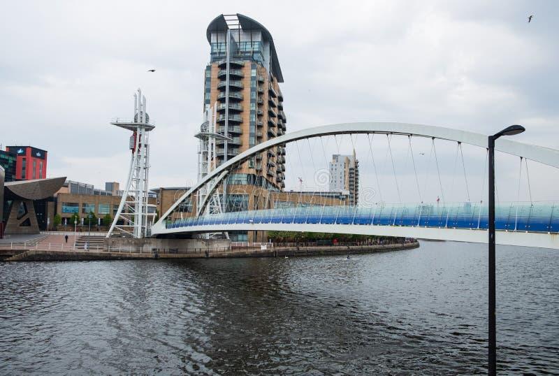 Мост тысячелетия на набережных Salford на банках канала корабля Манчестера в Salford и Trafford, большем Манчестере стоковые фотографии rf