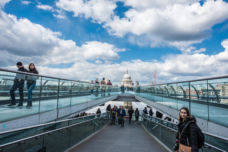 Мост тысячелетия с St, собором ` s Пола в Лондоне стоковое изображение rf