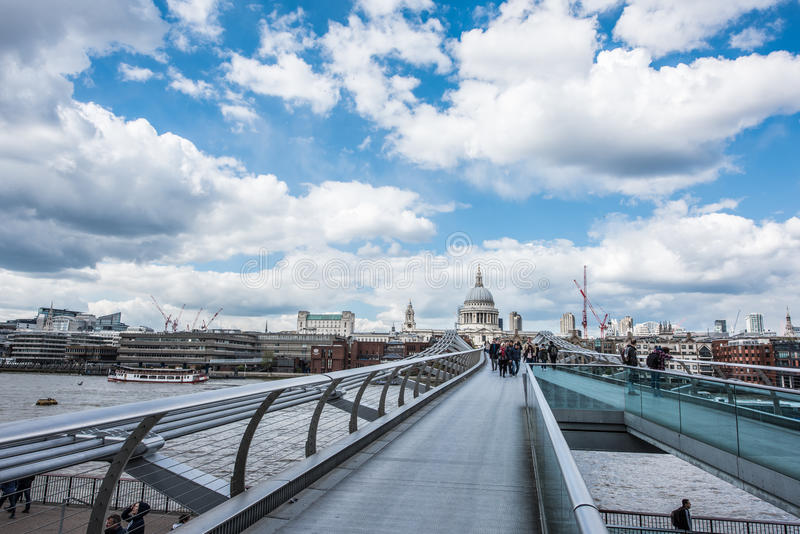 Мост тысячелетия с St, собором ` s Пола в Лондоне стоковые фотографии rf
