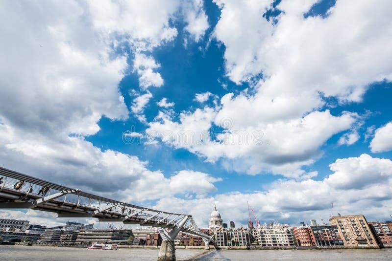 Мост тысячелетия с St, собором ` s Пола в Лондоне стоковая фотография rf