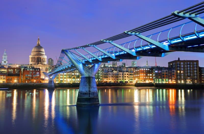 Download Мост тысячелетия и собор St Paul, Лондон, Великобритания Редакционное Изображение - изображение насчитывающей строя, тысячелетие: 37929840