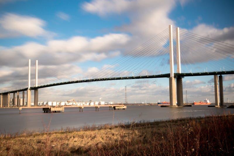 Мост ферзя Элизабета II через реку Темзу на Дартфорде стоковые фотографии rf