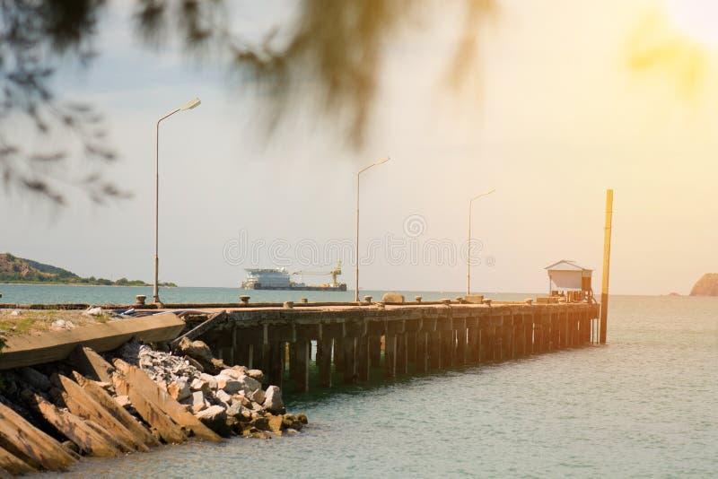 Мост цемента в порте между восходом солнца стоковые изображения