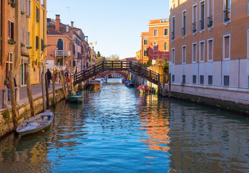 Мост через канал в Венеции Италии стоковое изображение rf