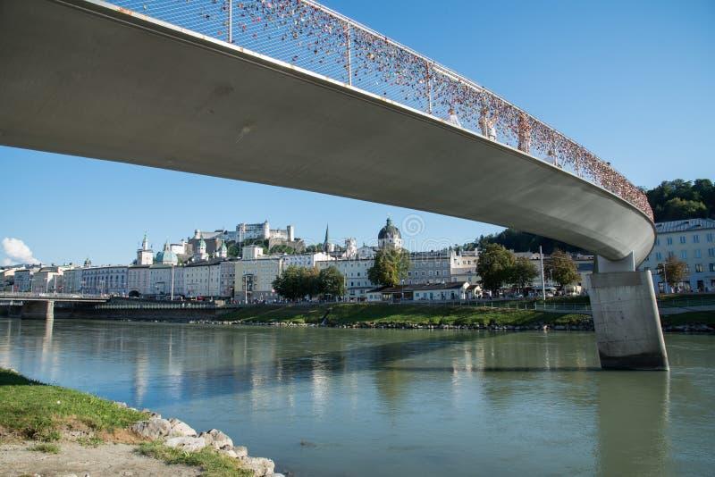 Мост через реку Salzach в Зальцбурге, Австрии стоковые фотографии rf