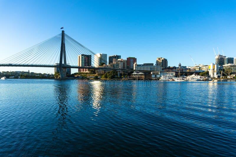 Мост ANZAC и взгляд CBD Сиднея стоковое изображение rf