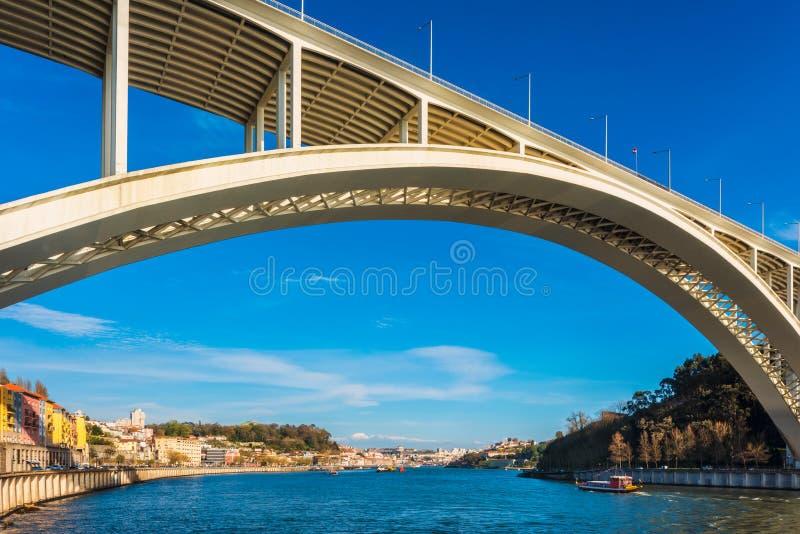Мост Arrabida в Порту Португалии стоковые изображения