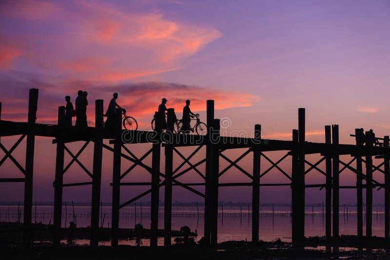 Мост bein u на заходе солнца Amarapura, Мандалае, Мьянме. стоковые изображения