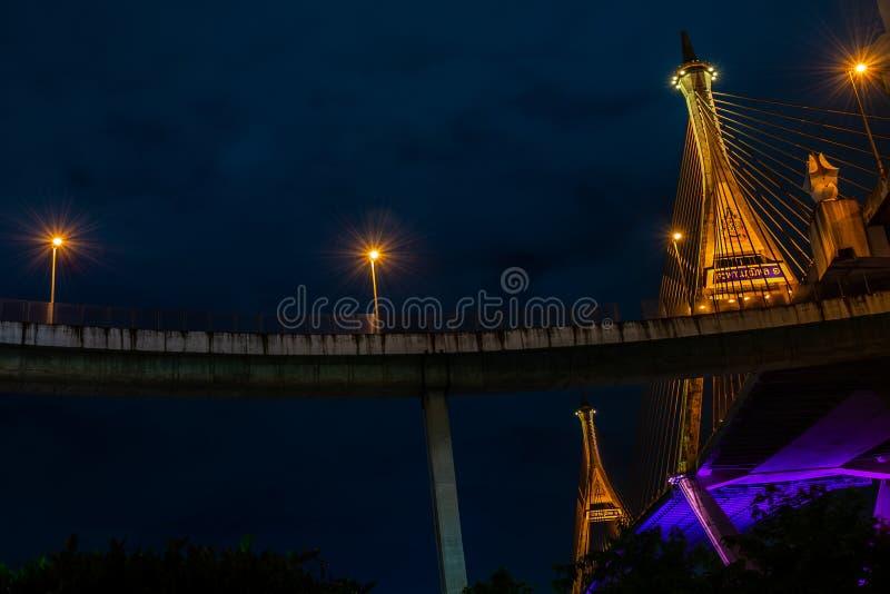 Мост Bhumibol сцены ночи, Бангкок, Таиланд стоковая фотография rf