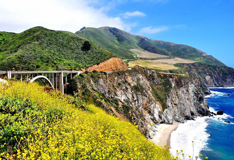 Мост Bixby вдоль шоссе Тихоокеанского побережья в Калифорнии стоковое фото rf