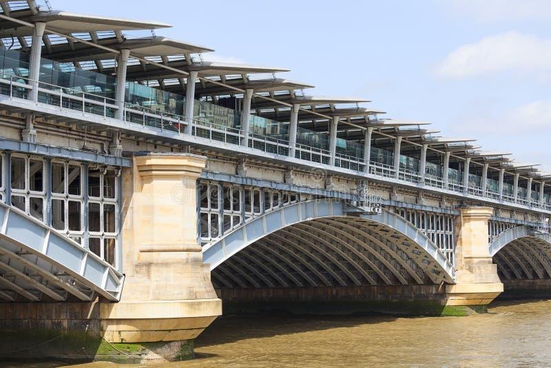Мост Blackfriars железнодорожный на реке Темзе, Лондоне, Великобритании стоковое фото