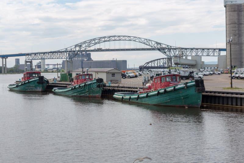Мост Blatnik с сторожевыми катерами гавани стоковая фотография rf