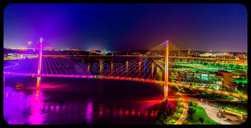 Мост Bob Kerrey вида с воздуха сцены ночи пешеходный и городской omaha Небраска стоковое фото