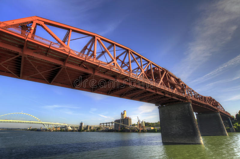 мост broadway над willamette реки стоковые изображения rf