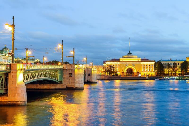 Мост Dvortsovy и Адмиралитейство стоковые изображения rf