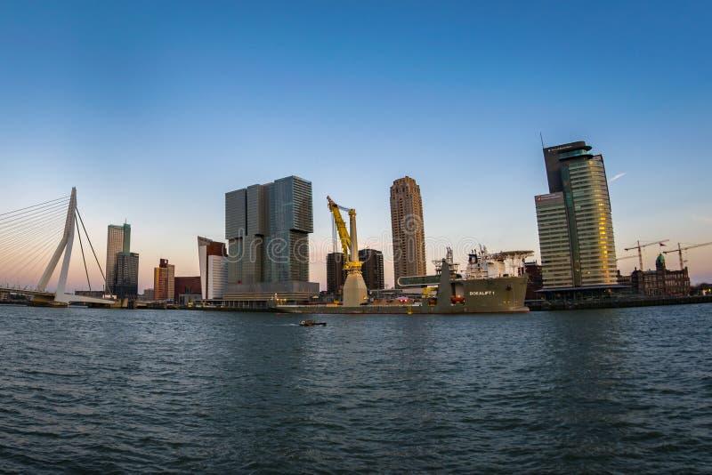 Мост Erasmus и горизонт южной части Роттердама, Нидерланд на ясный день стоковая фотография rf