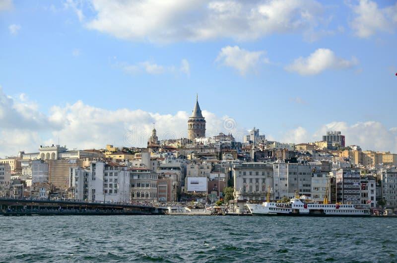 Мост Galata и Galata возвышаются на заднем плане, взгляды Стамбула стоковая фотография rf